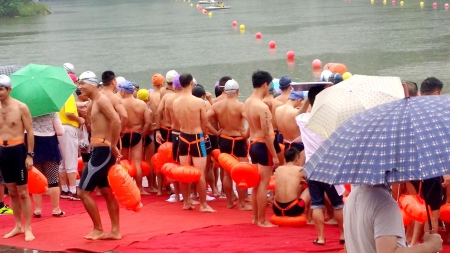 """""""全民健身日""""公开水域游泳比赛在渝清凉开赛"""